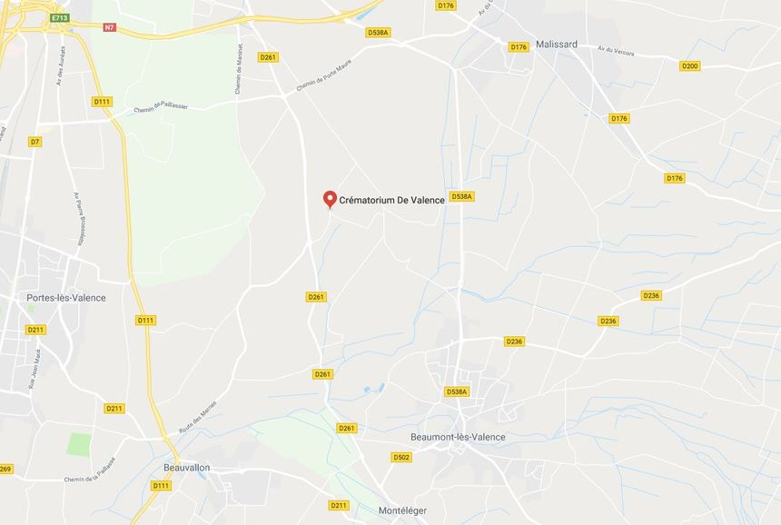 Le crématorium se situe dans les champs, à proximité des villes.