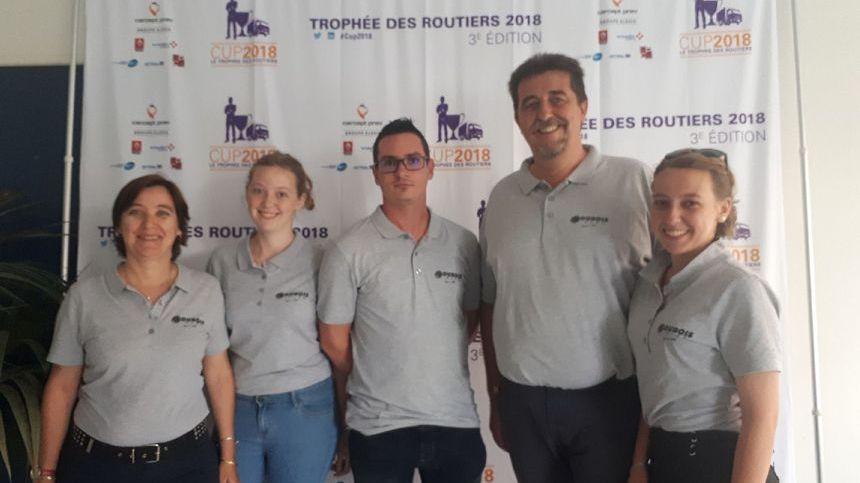 Jason Dubois entouré des salariés de  l'entreprise Dubois Transports d'Alès