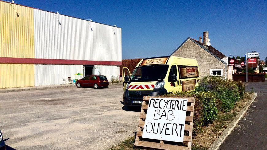 La recyclerie BAB se trouve dans un ancien entrepôt Maga Meubles