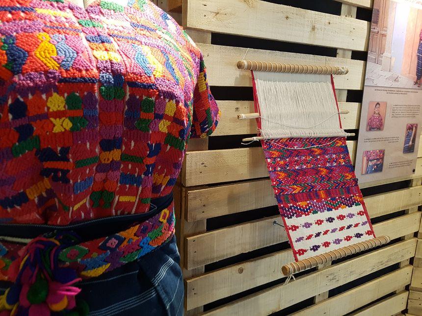 Une tunique maya ainsi que des panneaux permettent d'en savoir plus sur le tissage