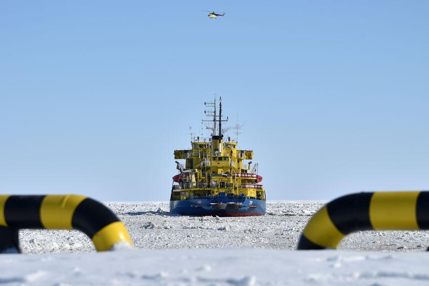 Le brise-glace russe Tor, dans la mer de Kara, dans l'océan Arctique le 16 avril 2015