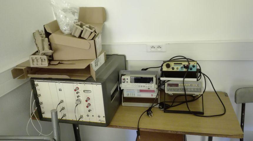 Dans certaines salles de classe, des vielles machines s'entassent dans les coins.