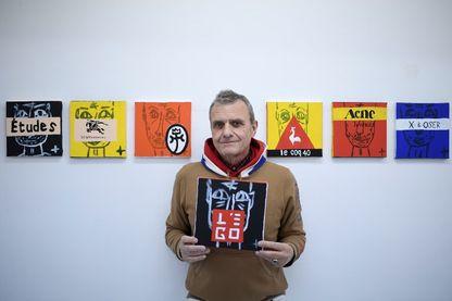 Le styliste et artiste français Jean-Charles de Castelbajac et son exposition dans la galerie Magda Danysz de Paris.
