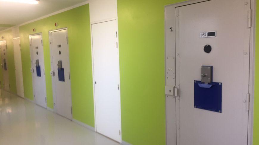 Les détenus radicalisés sont accueillis dans un bâtiment spécialement dédié. Les portes des cellules sont équipées de passe menottes.