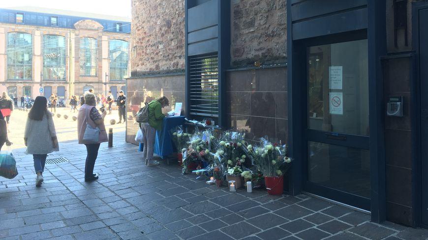 Les Ruthénois sont nombreux à être venus déposer une fleur ou écrire un message dans le registre de condoléances installé à côté de la mairie.
