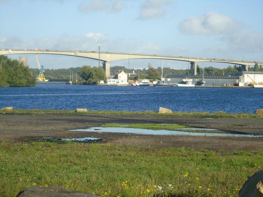 Le viaduc de Calix enjambe le canal de Caen à la mer et l'Orne.