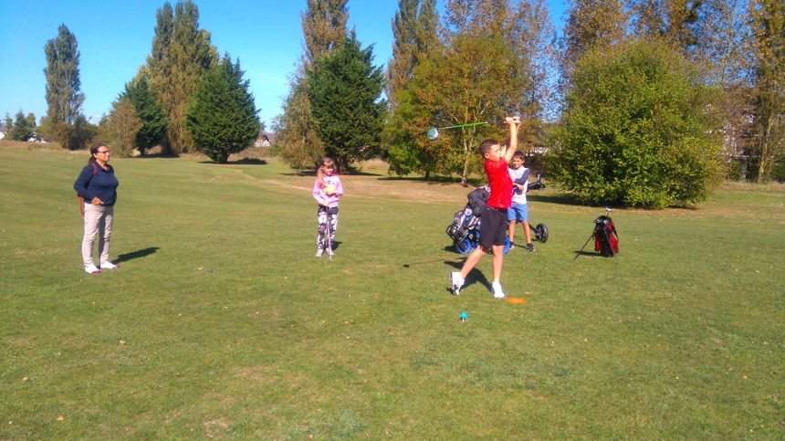 Après l'échauffement, le parcours pour les apprentis golfeurs