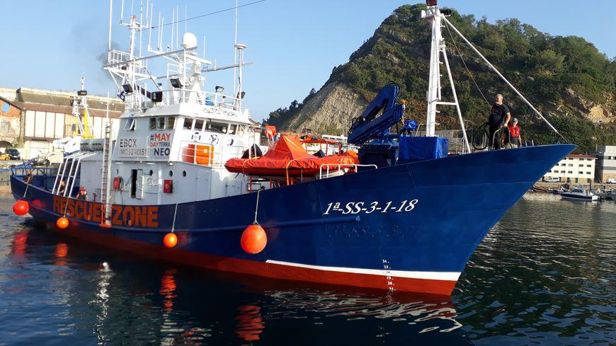 L'Aita Mari, amarré sur le port de Getaria, en Gipuzkoa, prêt à jeter l'encre