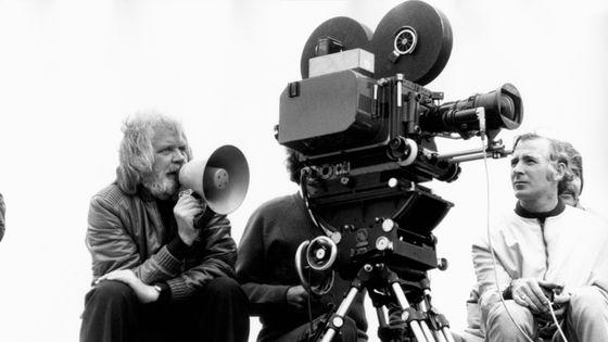Ken Russell parle dans un mégaphone sur le tournage du film Tommy en 1974