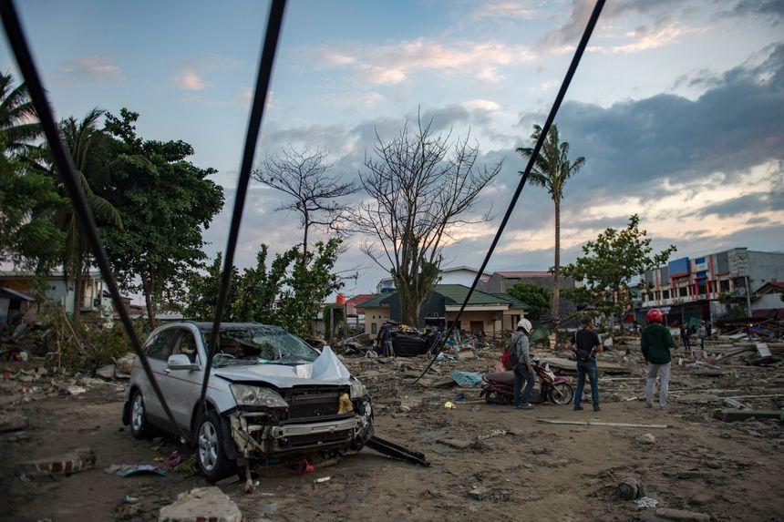 Les habitants constatent les dégâts causés sur plage touchée par le tsunami. - AFP