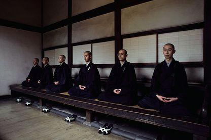 Moines en méditation dans un monastère au Japon