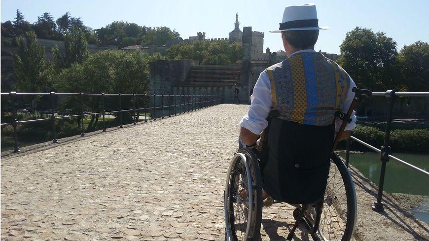 Manifestation de l'APF au pont d'Avignon