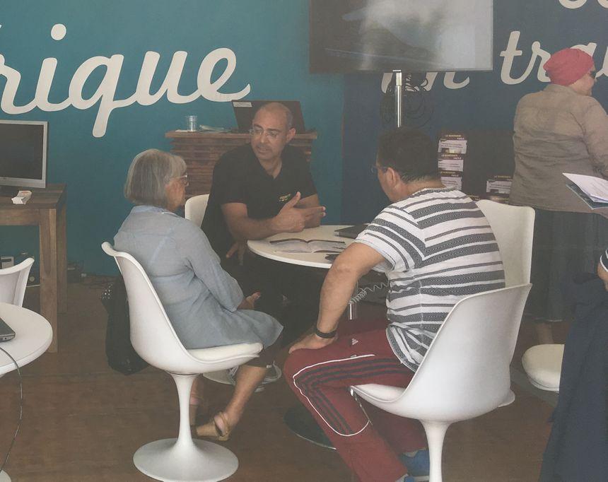 Olivier Lecoq-Kromwel en charge du programme numérique senior à la ville de Toulouse tente de répondre aux nombreuses questions des seniors sur les outils informatiques.