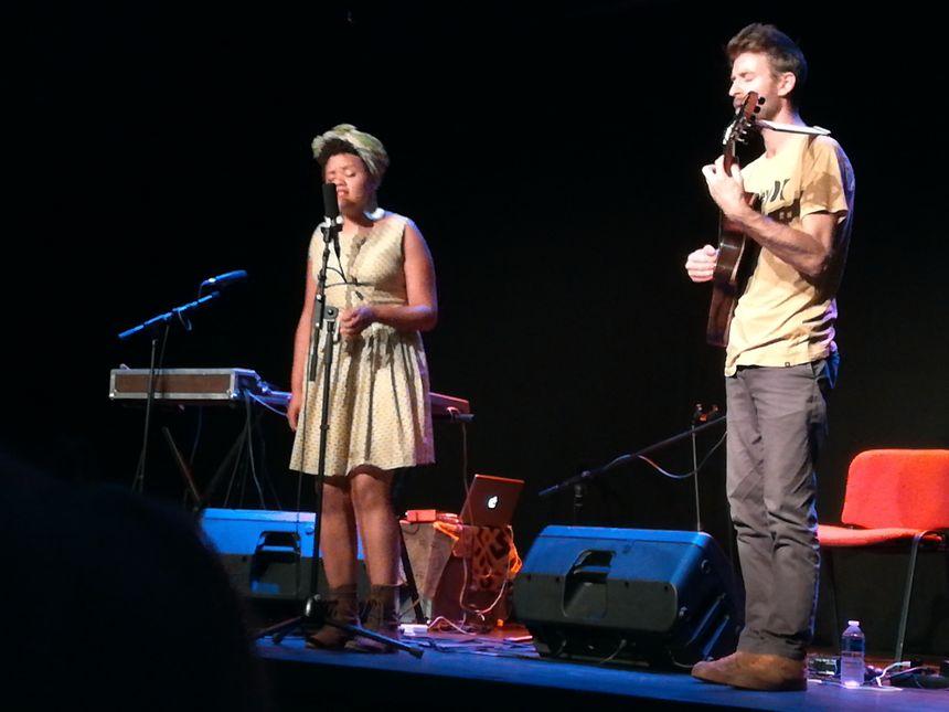 La musique de Kolinga est métissée, puissante ; la guitare d'Arnaud  à l'écoute du chant sensuel  de Rebecca   nous embarque au Congo