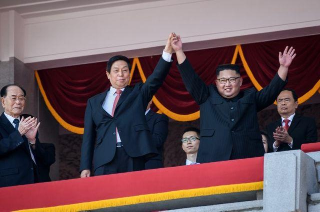Kim Jong-Un et l'émissaire chinois de Xi Jinping main dans la main