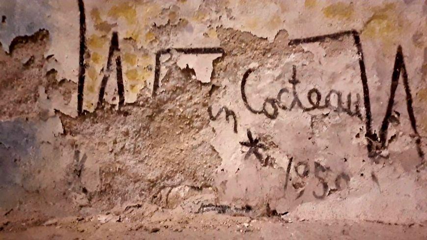 La signature de Jean Cocteau à peine visible. Chapelle de Milly-la-Forêt