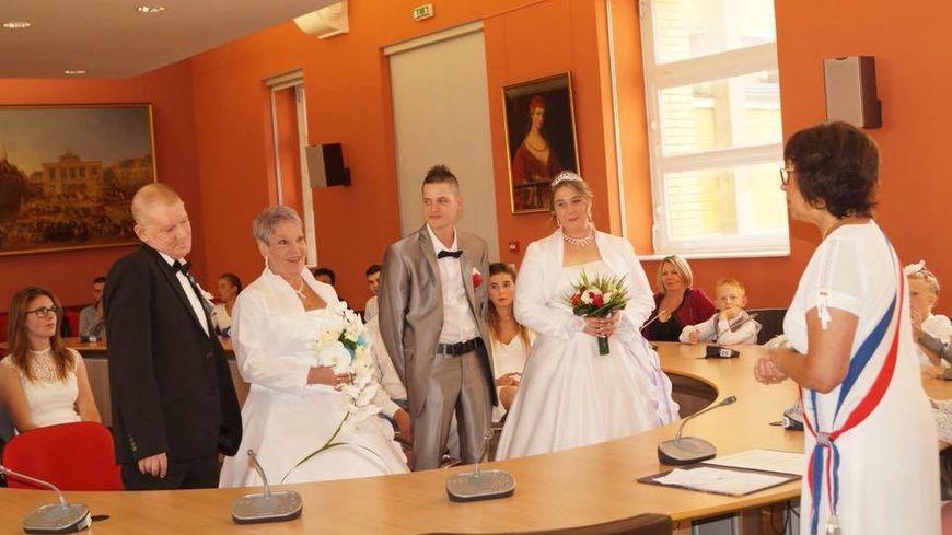 Yvette et Guy, Priscilla et Frédéric, devant l'adjointe au maire de Saint-Omer