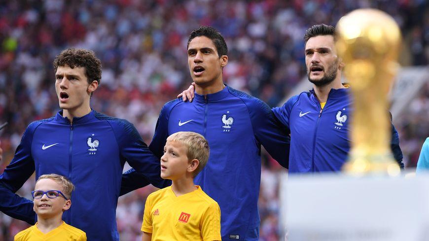 Benjamin Pavard et Rafaël chantent la Marseillaise avant le coup d'envoi de Francxe-Croatie en finale du Mondial 2018