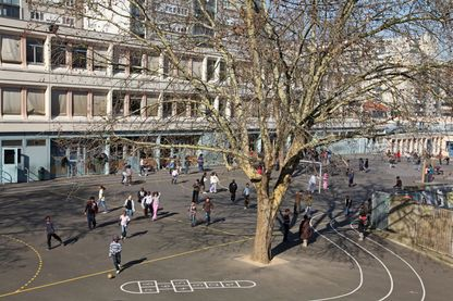 Une cour de récréation d'une école primaire dans le Val-de-Marne en 2000