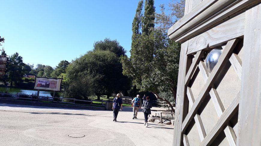 Un exemple de caméra de vidéoprotection intégrée dans les décors du parc du Puy du Fou