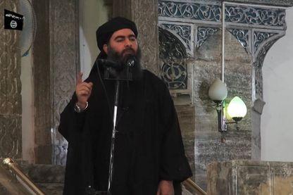 Juillet 2014 : Abu Bakr al-Baghdadi s'adressant aux fidèles musulmans à mosquée dans la ville de Mossoul, au nord de l'Irak (image extraite d'une vidéo de propagande)