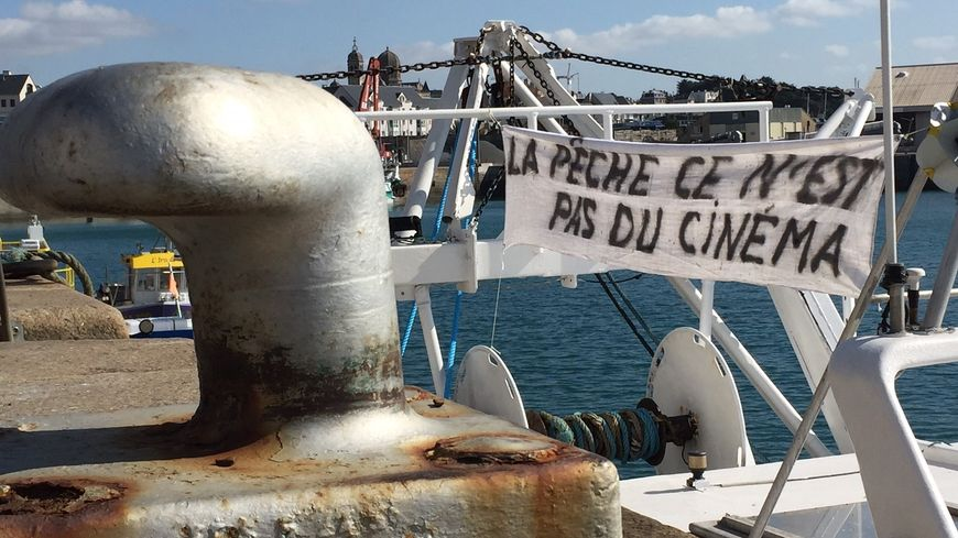 Une banderole déployée par les opposants, vendredi 28 septembre dans le port de Granville.