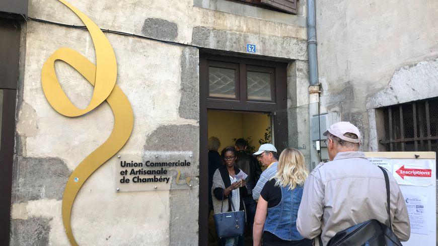 """Il y avait la queue ce mardi matin devant le local de l'association """"Chambéry en ville"""" pour s'inscrire à la braderie."""