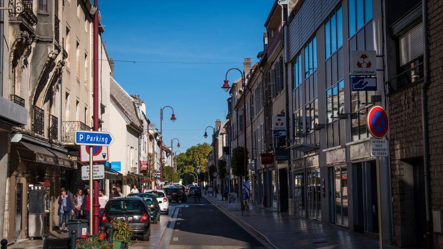 Rue Georges Genoux à Vesoul, une des rues commerçantes de la ville