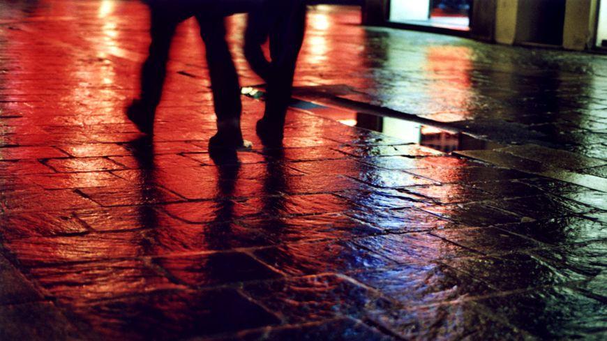 Piétons dans une rue, la nuit (illustration)