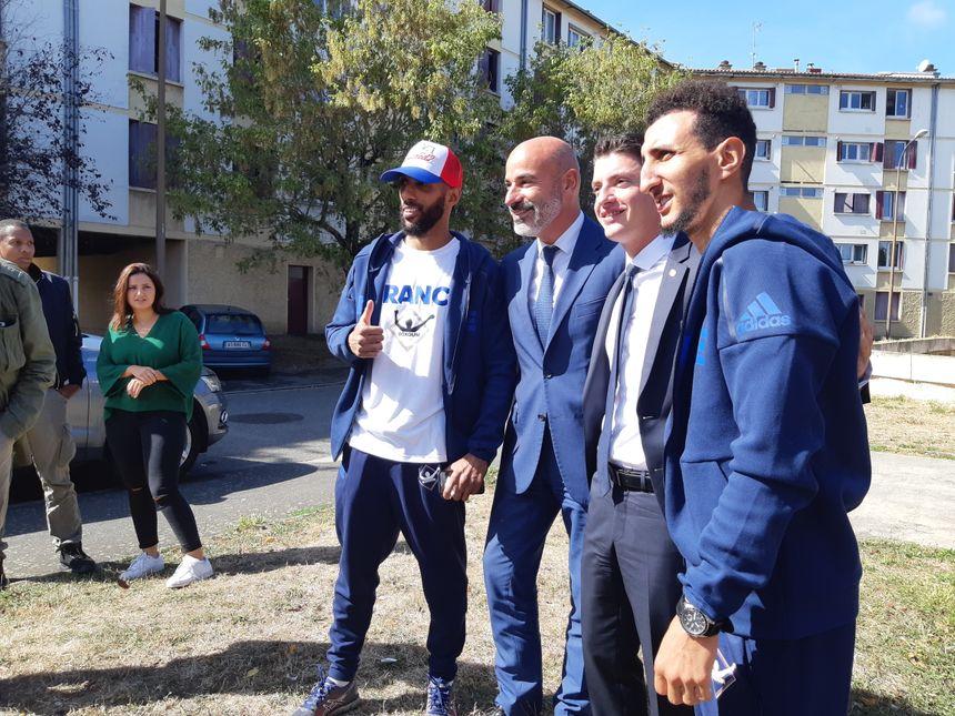 Sofiane pose avec Mohamed Mimoune champion du monde IBO des poids super-légers, Franck Biasotto le président de Toulouse Métropole Habitat et le député Mickael Nogal.