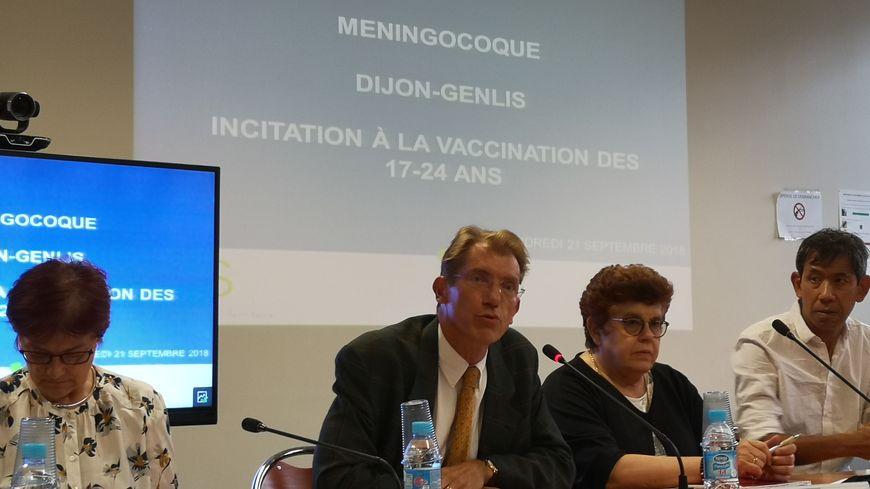 Olivier Obrecht, directeur général adjoint de l'ARS (au centre), veut enrayer la propagation d'une souche très dangereuse de méningocoque
