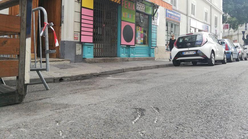 Au premier plan, les traces de la voiture, stoppée par les barrières de sécurité devant un bar de la rue Racine à Nîmes