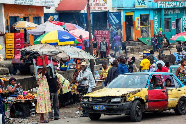 Kinshasa, République démocratique du Congo, 2012. L'un des carrefours les plus animés de la capitale congolaise, ville tentaculaire et anarchique où vivent plus de 10 millions de Kinois.