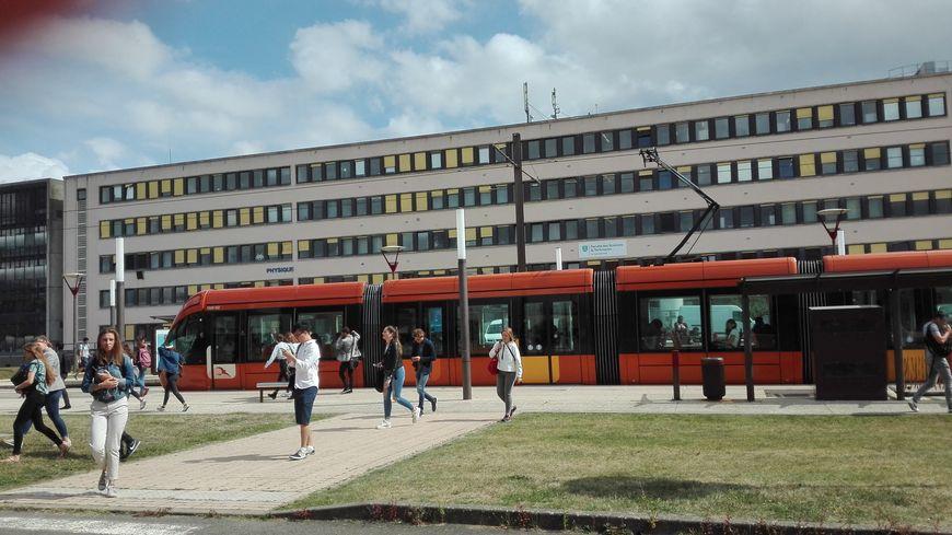 La barre de physique-chimie est située en face de la maison de l'université