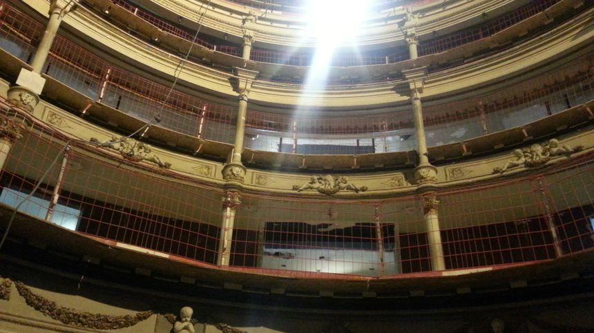 La salle historique à l'italienne va retrouver son lustre à l'issue d'une restauration trés précise
