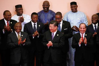 Le Président chinois Xi Jinping entouré de certains des chefs d'Etat africains présents à Pékin à l'ouverture du Sommet, le 3 septembre. A sa droite, le Sud-Africain Ramaphosa, à sa gauche, l'Egyptien Sisi.