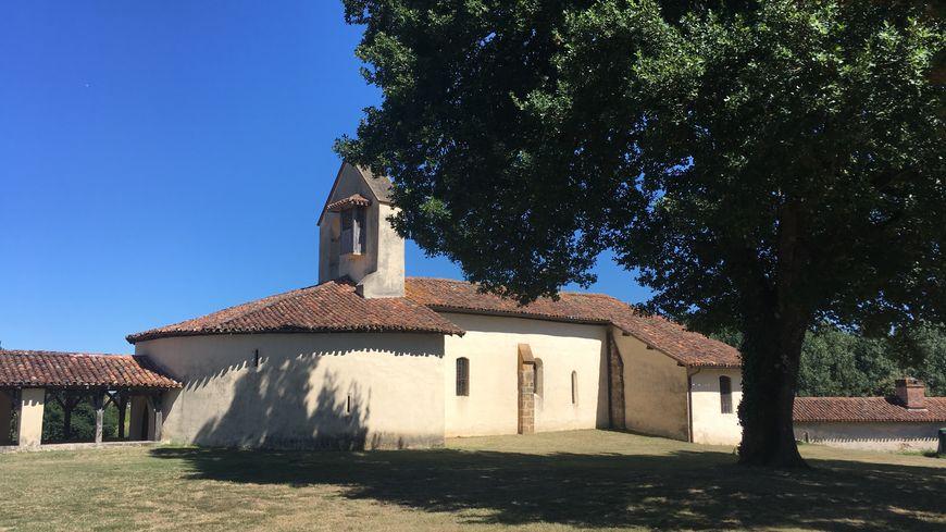Cette chapelle est située sur un terrain, où se déroule tous les ans la grande foire de Suzan.