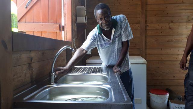 Sur les hauteurs de Grande-Savane à Gourbeyre, Rosan Bassette et ses proches ont appris à vivre avec la pénurie d'eau courante.