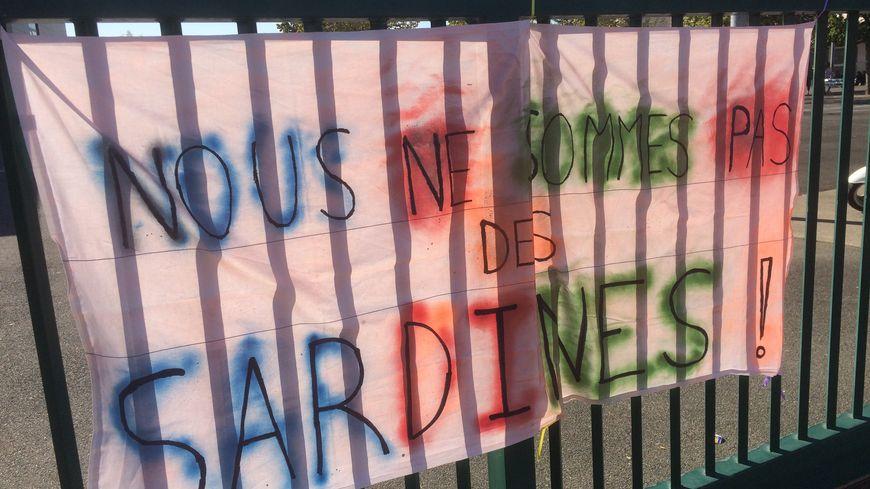 Une banderole accrochée sur le portail de l'établissement