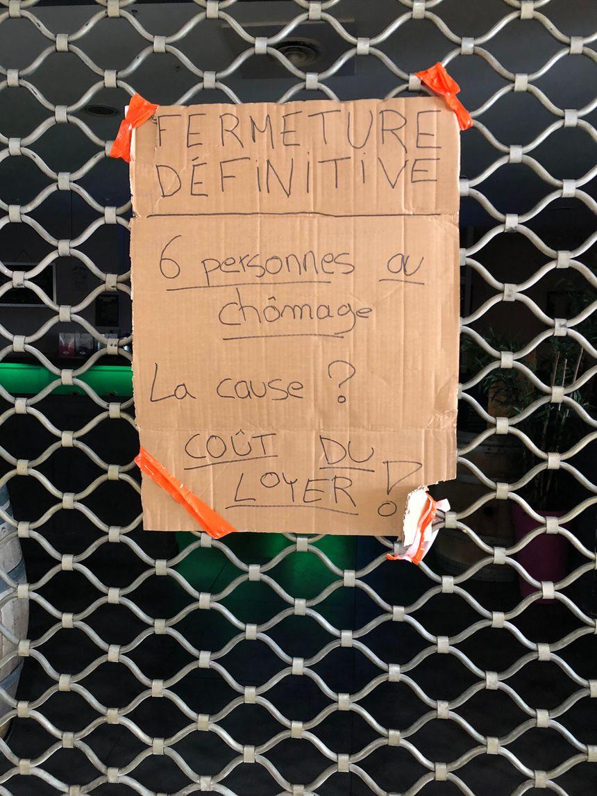 Les employés ont affiché la situation sur les grilles du restaurant.