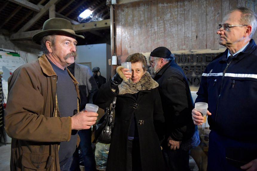 Nicole Klein trinque au jus de pomme avec Sylvain Fresneau, de l'ACIPA, à Notre-Dame-des-Landes, quelques jours après l'abandon du projet d'aéroport