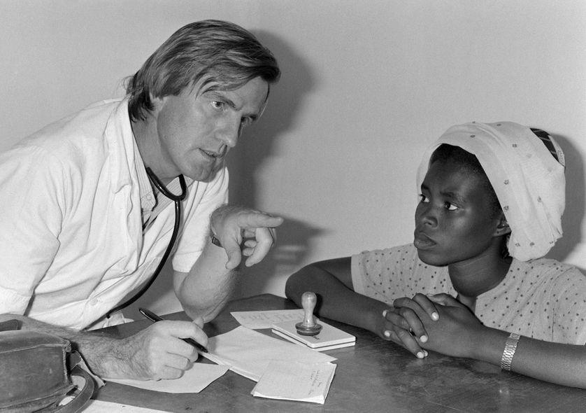 Le Dr Bernard Kouchner, cofondateur de l'organisation humanitaire française Médecins sans frontières, parle avec un patient dans un hôpital de MSF à N'Djamena, au Tchad (1981)