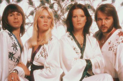 En 1976, Björn, Benny, Agnetha et Frida, membres du groupe ABBA, portaient des kimonos