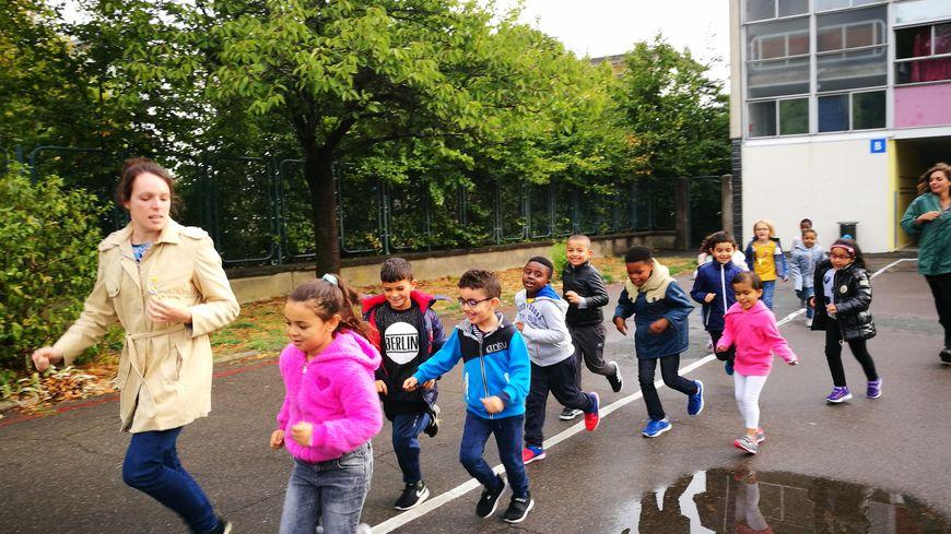 Les enfants du quartier du Sanitas se préparent pour la course