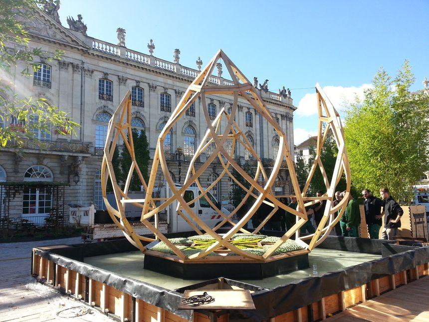 Une sculpture en bois ayant la forme d'une fleur de lotus