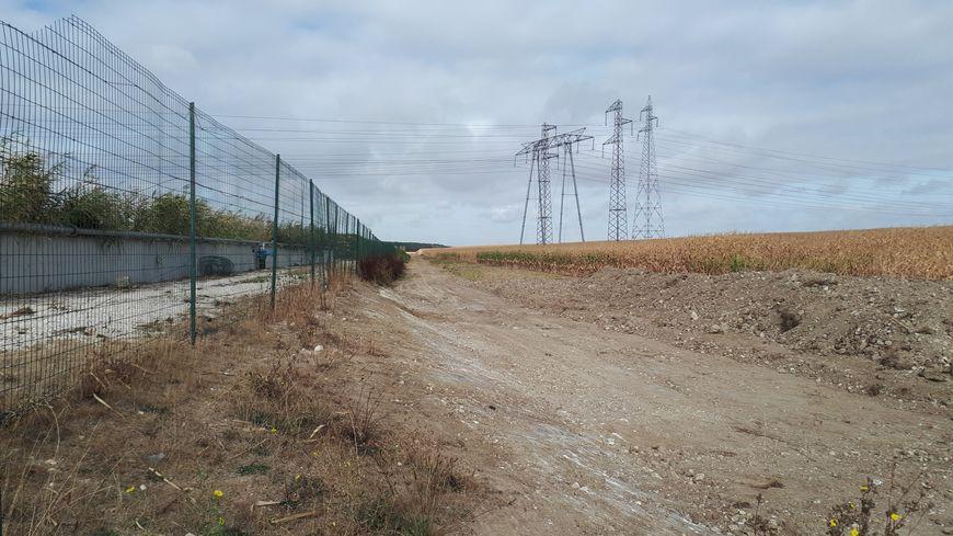 Le canal de dérivation, devant la station d'épuration de Gidy