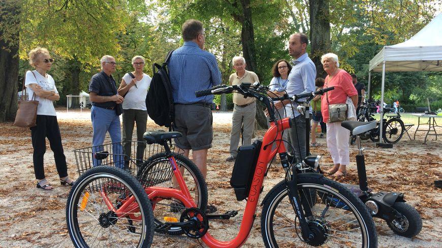 Les seniors découvrent les fonctionnalités du vélo électrique.