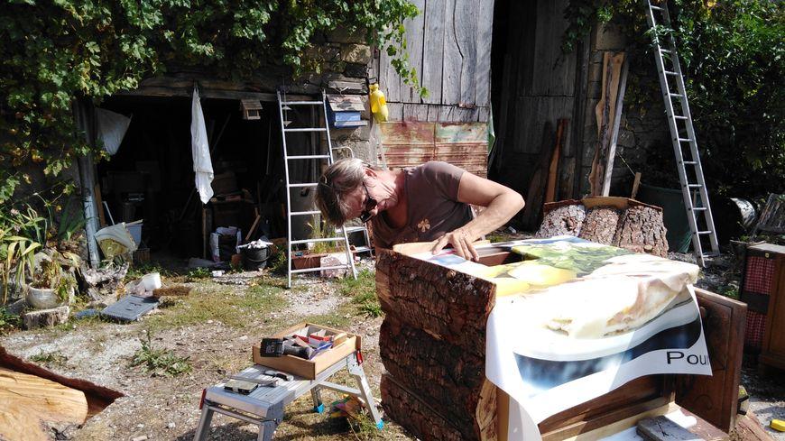 Elisabeth Court fabrique des niches pour protéger les chats errants l'hiver