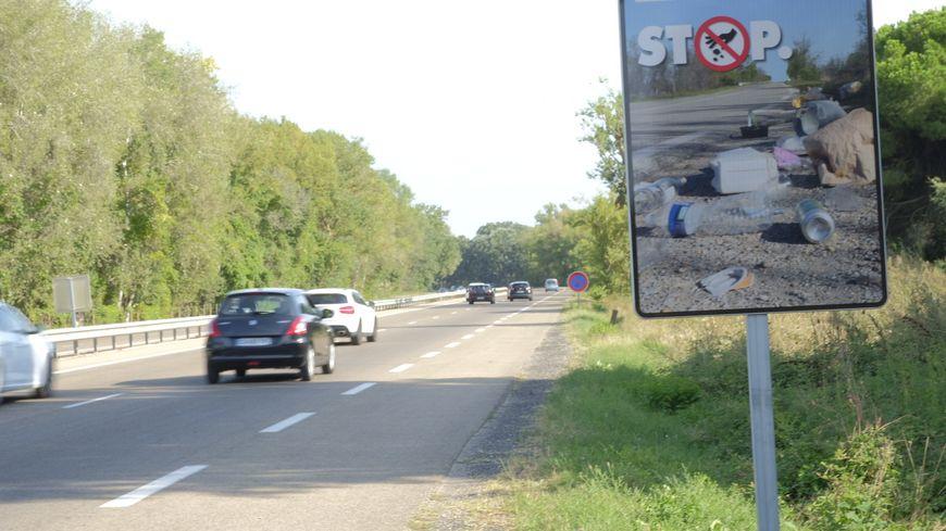 Des panneaux sont installés, comme ici sur la RD 62 à Aigues Mortes, pour inciter les automobilistes à ne pas jeter leurs déchets par la fenêtre de leur voiture