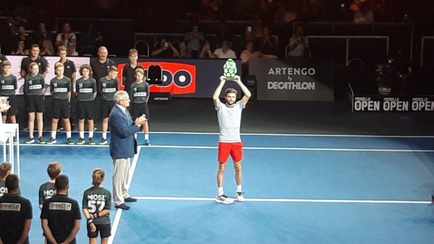 Tradition oblige, pour sa troisième victoire au Moselle Open, Gilles Simon peut repartir chez lui avec le trophée... 17 kilos tout de même !
